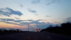 Napędowa Ciemnawa ranek autostrada Z wschód słońca na horyzoncie Kierowcy punkt widzenia POV Międzystanowy jeżdżenie Wcześnie Ran zbiory