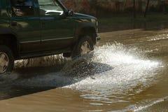 Napędowi samochody na zalewającej drodze podczas powodzi powodować podeszczowymi burzami Samochodu pławik na wodzie, zalewa ulicy obraz stock