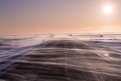 Napędowy śnieg płynie przez drogę, prawie zaciemnia mnie podczas ciężkich wiatrów w Południowym Iceland fotografia royalty free