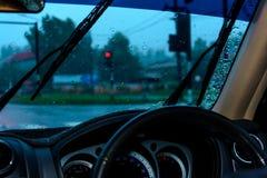 Napędowy deszcz i czekanie dla sygnalizaci drogowa fotografia stock