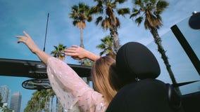 Napędowy odwracalny samochód na palmowej drodze przy słonecznym dniem zbiory wideo