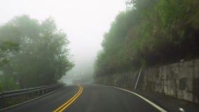 Nap?dowy samoch?d w zwartej mgle Z?y pogodowy warunek z zero visability Perspektywiczny widok od kabiny zbiory
