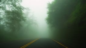 Nap?dowy samoch?d w zwartej mgle Z?y pogodowy warunek z zero visability Perspektywiczny widok od kabiny zdjęcie wideo