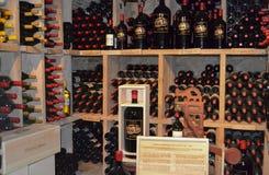 Napa Valley, Kalifornien - 6. April 2012: Großes Format-Wein-Flaschen bei Castello Di Amorosa Lizenzfreies Stockbild