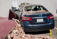 Napa- Valleyerdbeben-, a-Stapel von Ziegelsteinen u. ein Auto Lizenzfreie Stockfotografie