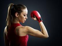 Napad, młoda kobieta boksera plecy zdjęcia royalty free