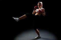 Napad, potomstwa, energiczna kobieta kickboxing zdjęcia stock