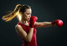 Napad, potomstwa, energiczny kobieta boks, czarny tło fotografia royalty free