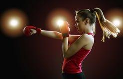 Napad, potomstwa, energiczny kobieta boks, czarny tło fotografia stock
