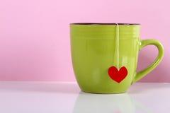 Napadać na kogoś herbacianej torby serce na różowym tle Obraz Royalty Free