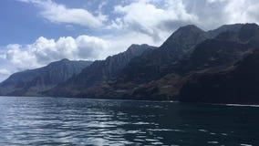 NaPali在考艾岛海岛,夏威夷-从小船的看法上的海岸峭壁 影视素材