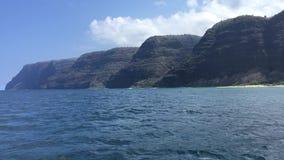 NaPali海岸峭壁和Polihale海滩在考艾岛海岛,夏威夷-看法上从小船 股票录像