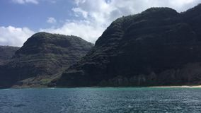 NaPali海岸峭壁和Polihale海滩在考艾岛海岛,夏威夷-看法上从小船 影视素材
