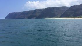 NaPali海岸峭壁和Polihale海滩在考艾岛海岛,夏威夷-看法上从小船 股票视频