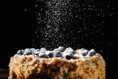 Napalion kaka, paj som varvas, puff med blåbäret som strilas med pudrat socker, på trätäckning, menybakgrund, closeup, Royaltyfria Bilder