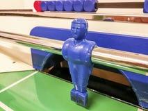 Napastnik czerwony i błękitny futbolu stół w gemowym pokoju zdjęcie stock