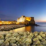 Napels in het kasteel van het nachtei op het overzees royalty-vrije stock afbeelding
