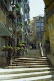 NAPELS, ITALIË, 1975 - de zon verlicht een kenmerkende steeg van Napels royalty-vrije stock afbeeldingen