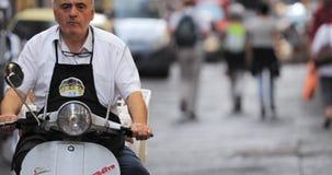 Napels, Italië - Oktober 17, 2018: Oud Lokaal Personenvervoer op Autoped Smalle Bezige Straat stock video
