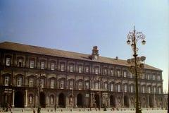 NAPELS, ITALIË 1994 - Royal Palace van Napels overheerst Piazza del Plebiscito stock afbeelding