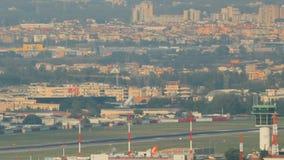 Napels, Itali? De Start van het vliegtuigenvliegtuig van de Internationale Luchthaven van Napels stock videobeelden