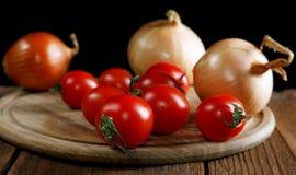 Napiform tomater för lökar på en lantlig tabell Royaltyfria Foton