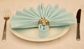 Napking con le decorazioni dell'anello sulla tavola di nozze fotografia stock libera da diritti