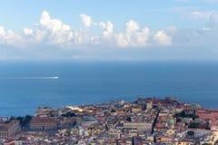 Naples i morze śródziemnomorskie z białym łódkowatym odgórnym widokiem Naples pejzaż miejski samochodowej miasta pojęcia Dublin m zdjęcie stock