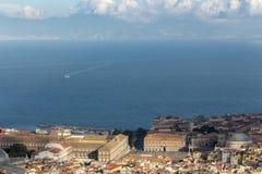 Naples i morze śródziemnomorskie z białym odgórnym widokiem łodzi i promu Naples seashore na zmierzchu samochodowej miasta pojęci zdjęcie stock