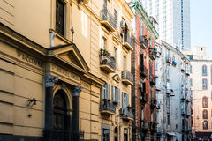 NAPLES, ITALIE - 16 janvier 2016 : Vue de rue de vieille ville en Na Photos libres de droits