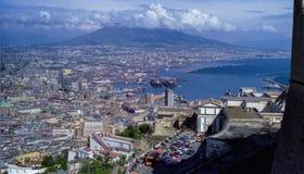 NAPLES, ITALIE, 1986 - le centre et le port de Naples vus de Castel S Elmo avec le V?suve se cachant parmi les nuages photographie stock libre de droits