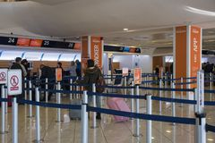 NAPLES, ITALIE - 3 novembre 2018 Passagers dans l'aeroport international de Naples images stock