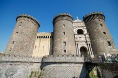 NAPLES ITALIEN - AUGUSTI 19: Turist- besöka slott Nouvo på Augusti 19, 2013 i Naples, Italien Royaltyfri Bild