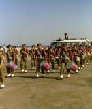 NAPLES ITALIEN, 1988 - den militära armémusikbandet deltar i en demonstration på den Naples stranden arkivfoto