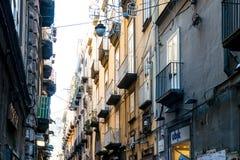 NAPLES ITALIEN - Januari 16, 2016: Gatasikt av den gamla staden i Na Royaltyfri Foto