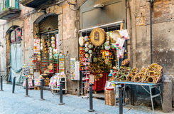 NAPLES ITALIEN - Januari 16, 2016: Gatasikt av den gamla staden i Na Royaltyfria Bilder