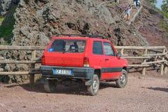 Naples ITALIEN, JUNI 01: Fiat Panda 4x4 på kanten av krater av Mount Vesuvius, i Naples, Italien på Juni 01, 2016 Royaltyfri Foto