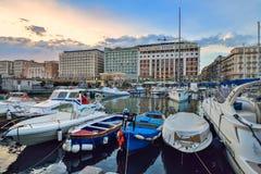 Naples ITALIEN, 01 JUNI: Naples port, i Italien på 01 Juni 2016 Arkivfoton