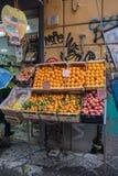 NAPLES ITALIEN - 04 November, 2018 Olik grönsaker och frukt på en räknare royaltyfria bilder