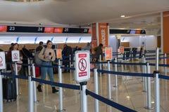 NAPLES ITALIEN - 03 November, 2018 Passagerare i internationell aeroport av Naples arkivfoton