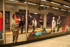 NAPLES ITALIEN, November 2016 personer reflekteras i en spektakulär spegel med konturer av handelsresande i tunnelbanastation royaltyfria bilder