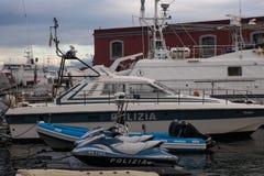 NAPLES ITALIEN - 04 November, 2018 Polisfartyg och sparkcykel i porten av Naples royaltyfria bilder