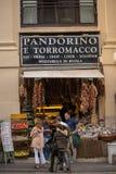 NAPLES ITALIEN - 04 November, 2018 Streetlife i Napoli shopping arkivfoton
