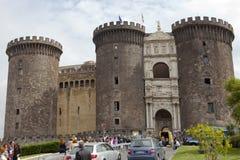 NAPLES ITALIEN - SEPTEMBER, 2010: turister besöker Castel Nuovo, uppehållet av de medeltida konungarna av Naples på september 21, Arkivfoton