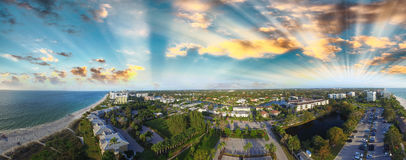 Naples på skymning, flyg- panoramautsikt av den Florida kustlinjen Royaltyfria Foton