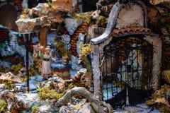 Naples San Gregorio Armeno, plats av julkrubban med en port bak en brunn royaltyfri bild