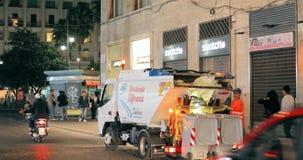 Naples Włochy, Październik, - 18, 2018: Automatyzująca Śmieciarska ciężarówka Pracuje W nocy ulicie Dustcart, grat ciężarówka, ba zbiory