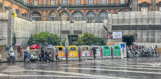 Naples, WŁOCHY, 02,01,2018: Śmieciarscy zbiorniki na ulicie Naple Zdjęcie Royalty Free