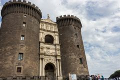 Naples, Włochy - 13/06/2018: Castel-Nuovo forteca przeciw niebieskiemu niebu Włoska średniowieczna architektura Obrazy Stock