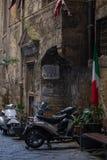 NAPLES, WŁOCHY - 04 Listopad, 2018 Rocznik hulajnoga z włoch flagą w starej ulicie w Naples zdjęcia royalty free